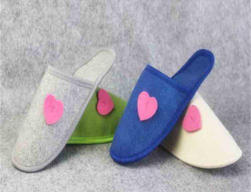 chinelos de feltro das mulheres