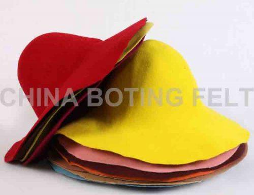 ľahký plstený klobúk