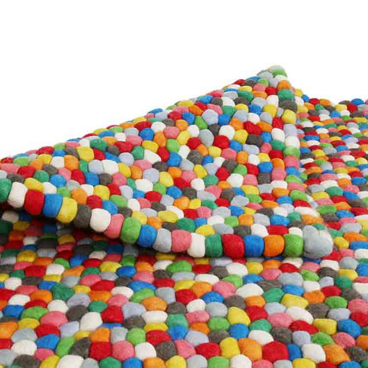 guľatý koberec z plsti