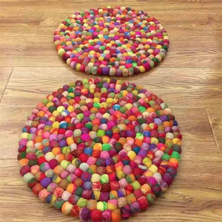 vlnený guľový koberec